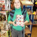 """Bild: Liane Schmid vom Bücherei-Team der Marktbibliothek empfiehlt als Lesetipp im November das Buch """"Wunder"""" von Raquel Palacia."""